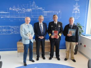 Aanbieding nieuwe Vlielandboeken en Zeeoorlogen aan commandant zeestrijdkrachten generaal verkerk 3